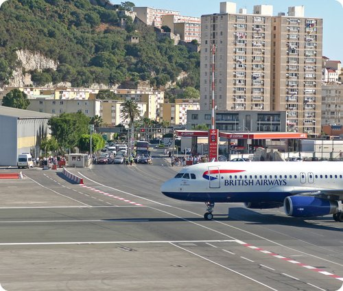 Top 10 degli aeroporti insoliti e dall'aria non troppo sicura