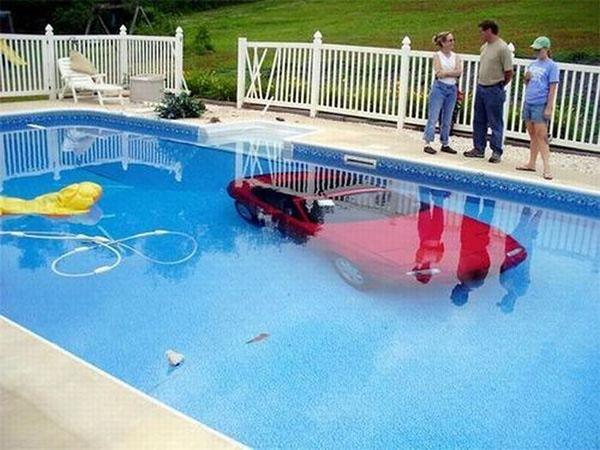Auto nella piscina