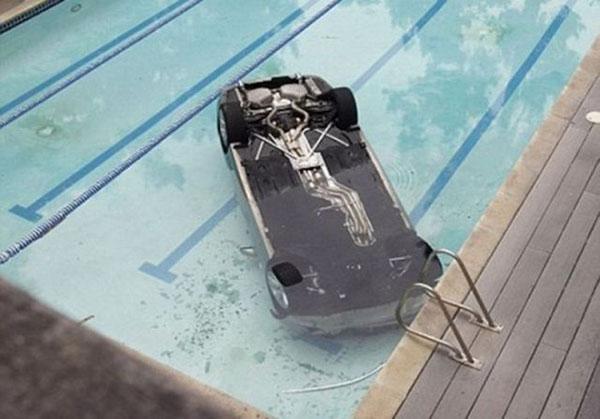 auto sul fondo piscina
