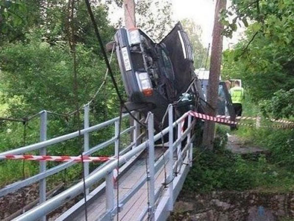auto su un ponte piccolo