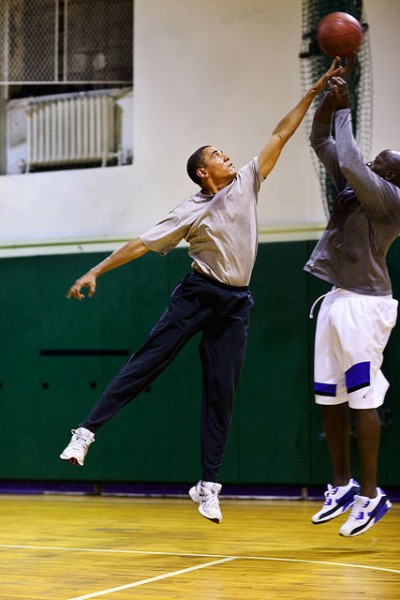 obama gioca a basket