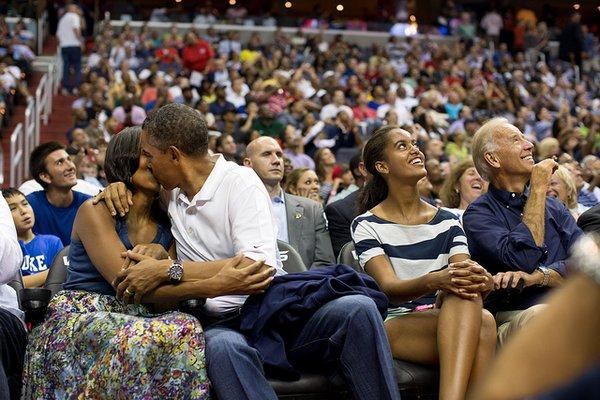 obama bacia la moglie